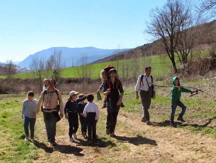 imagen de padres e hijos caminando