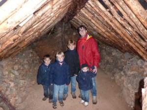 Ricardo, Javier, Álvaro, Pablo y Álex en el interior de la Cabaña