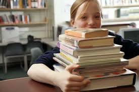 Alumna con libros